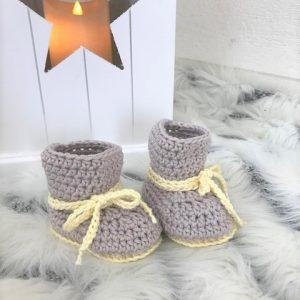 Virkade babyskor boots i grått och gult
